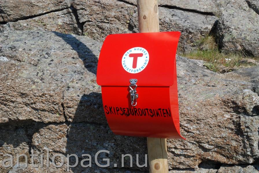 Почтовый ящик для записи о посещении достопримечательности на горе Skipsfjordutsikten Нордкапп Норвегия